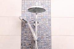 Pommeaux de douche sur le mur carrelé image libre de droits