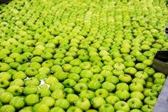 Pommes assortissant et emballant Photographie stock libre de droits