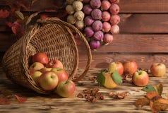 Pommes avec des légumes sur la table Image libre de droits