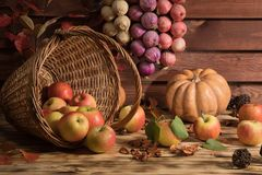 Pommes avec des légumes sur la table Photographie stock libre de droits
