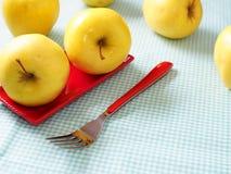 Pommes avec la fourchette rouge Images libres de droits