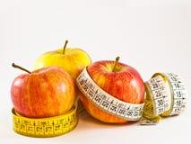 Pommes avec la mesure de bande Images libres de droits