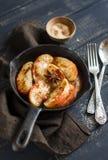 Pommes caramélisées avec de la cannelle dans une casserole de vintage Photo stock