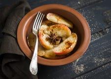 Pommes caramélisées avec de la cannelle et le miel dans un plat d'argile Photo stock