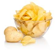 Pommes chips dans le bol en verre d'isolement d'isolement sur le fond blanc Image stock