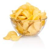Pommes chips dans le bol en verre sur le fond blanc Photos stock