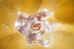 Pommes chips de prise de main dans le sac Vue de ver à l'intérieur de sac Photos stock