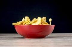 Pommes chips dedans la cuvette Photos stock