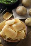 Pommes chips en cuvette et pomme de terre fraîche Casse-croûte croustillant délicieux Type rustique photo libre de droits