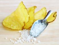 Pommes chips faites maison Photographie stock