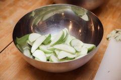 Pommes coupées en tranches sur la table en bois photos stock
