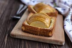 Pommes cuites au four avec la crème glacée de pain grillé et sur un fond rustique Image stock