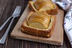 Pommes cuites au four avec la crème glacée de pain grillé et sur un fond rustique Photo stock