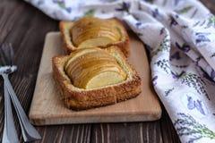 Pommes cuites au four avec la crème glacée de pain grillé et sur un fond rustique Photographie stock libre de droits