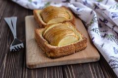 Pommes cuites au four avec la crème glacée de pain grillé et sur un fond rustique Image libre de droits