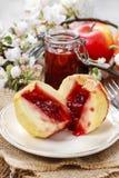 Pommes cuites au four bourrées de la confiture Images stock