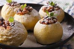 Pommes cuites au four bourrées des raisins secs et des noix sur un plan rapproché de plat Photos stock