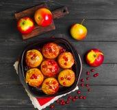 Pommes cuites au four faisant cuire au four en four Photographie stock