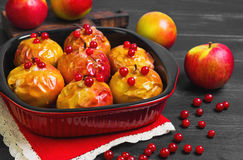 Pommes cuites au four faisant cuire au four en four Images stock