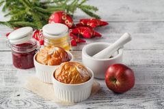 Pommes cuites au four faisant cuire au four en four Pommes fraîches pour faire à bord C Photographie stock libre de droits
