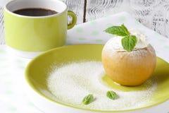 Pommes cuites au four savoureuses bourrées du miel et des écrous crèmes, NU en bonne santé images libres de droits