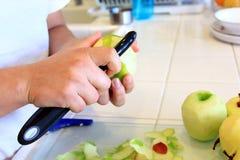 Pommes d'épluchage pour la cuisson Photo stock