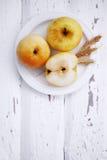 Pommes d'un plat sur un panneau blanc, vue supérieure Photographie stock