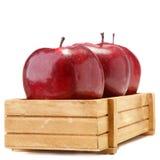 Pommes dans la boîte en bois d'isolement sur le blanc Photo libre de droits