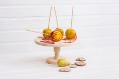 Pommes dans le lustre sur le support en bois Photos libres de droits