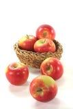 Pommes dans le panier Images libres de droits