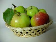 Pommes dans le panier Photo stock