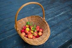Pommes dans le panier en osier photo stock