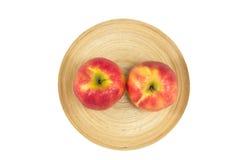 Pommes dans le plat en bois sur un fond blanc Images libres de droits