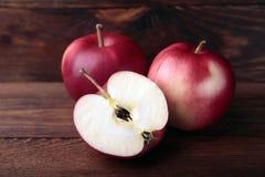 Pommes dans un cadre en bois Images libres de droits
