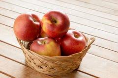 Pommes dans un panier Image libre de droits