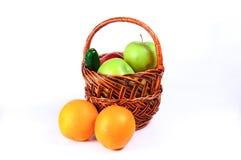 Pommes dans un panier Photos stock