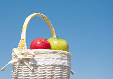 Pommes dans un panier blanc images stock
