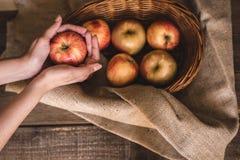 Pommes dans un panier en osier photos libres de droits