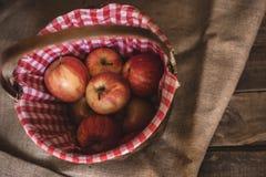 Pommes dans un panier en osier photographie stock