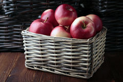 Pommes dans un panier en osier Photos stock
