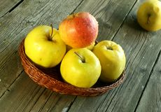 Pommes dans un panier sur en bois Photo libre de droits