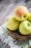 Pommes dans un panier sur le fond rustique Image libre de droits