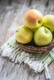 Pommes dans un panier sur le fond rustique Photographie stock libre de droits