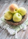 Pommes dans un panier sur le fond rustique photographie stock