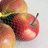 Pommes dans une grille sur un fond blanc photos stock