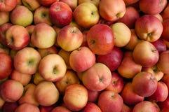 Pommes dans une stalle du marché Photographie stock libre de droits
