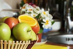 Pommes de fruit dans un vase en bois sur la cuisine Image stock