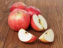 Pommes de gala sur la table en bois image libre de droits