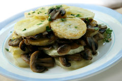 Pommes de terre avec des champignons de couche. images stock