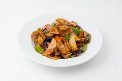 Pommes de terre avec des légumes et des champignons sur le blanc images stock